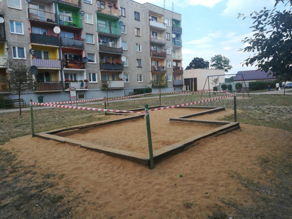 Patologia-piaskownica na ul. Odrodzenia w Chocianowie